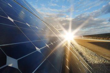 Die Sonne scheint auf Solarpanel.