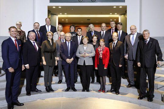 Mitglieder des Innovationsdialogs mit Bundeskanzlerin Angela Merkel.