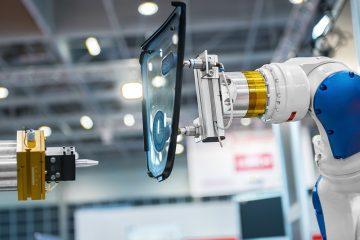 Produktionschritt mit zwei Roboterarmen.