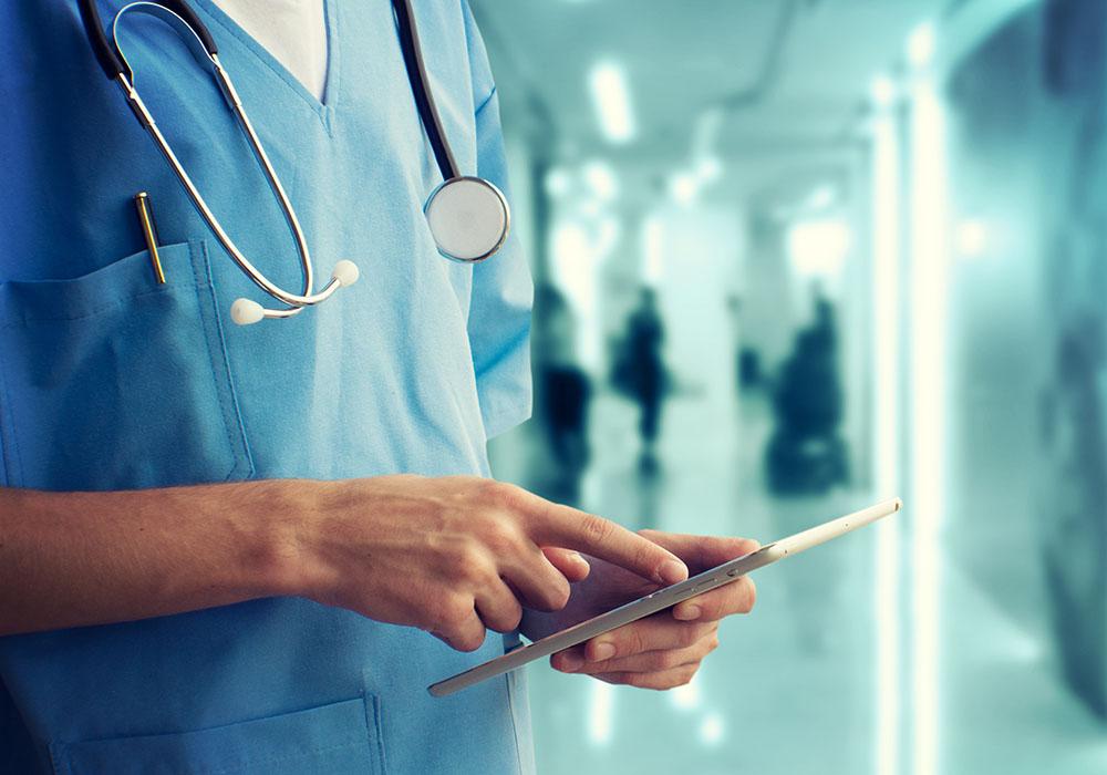 Machine Learning in der Medizintechnik:Arzt mit Tablet