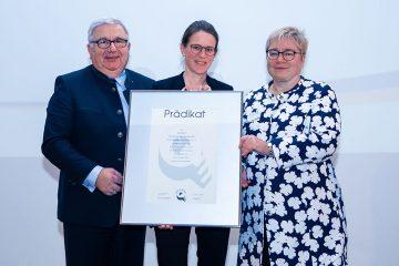 acatech erhält erstmals das TOTAL-E-QUALITY Prädikat. Für die Akademie nahmen es entgegen (v.l.n.r.): acatech Präsident Dieter Spath, Leiterin Veranstaltungsmanagement und Gleichstellungsbeauftragte Regina Straub sowie acatech Vorstandsmitglied Martina Schraudner.