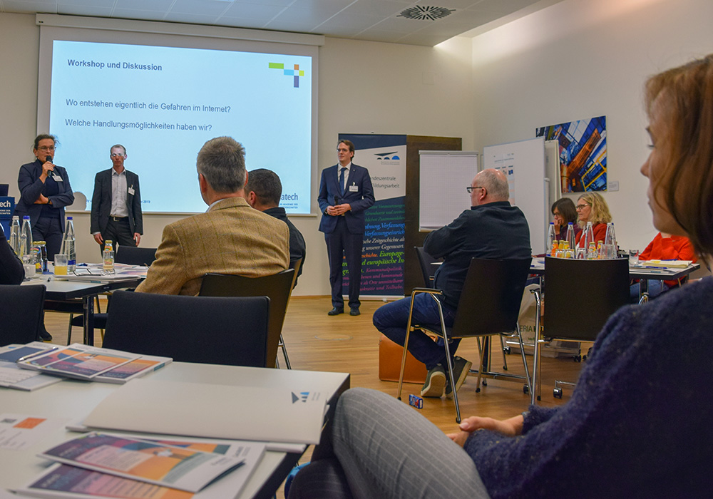 """Uta Löhrer von der Bayerischen Landeszentrale für politische Bildungsarbeit begrüßte die rund 20 Lehrerinnen und Lehrer zur Fortbildungsveranstaltung """"Cyber Security und Digitale Aufklärung""""."""