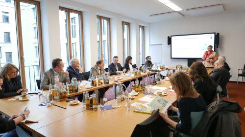 Konferenztisch mit Gästen aus Parlament und Verbänden