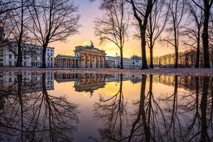 Brandenburger Tor in Berlin umramt von Bäumen ohne Blätter