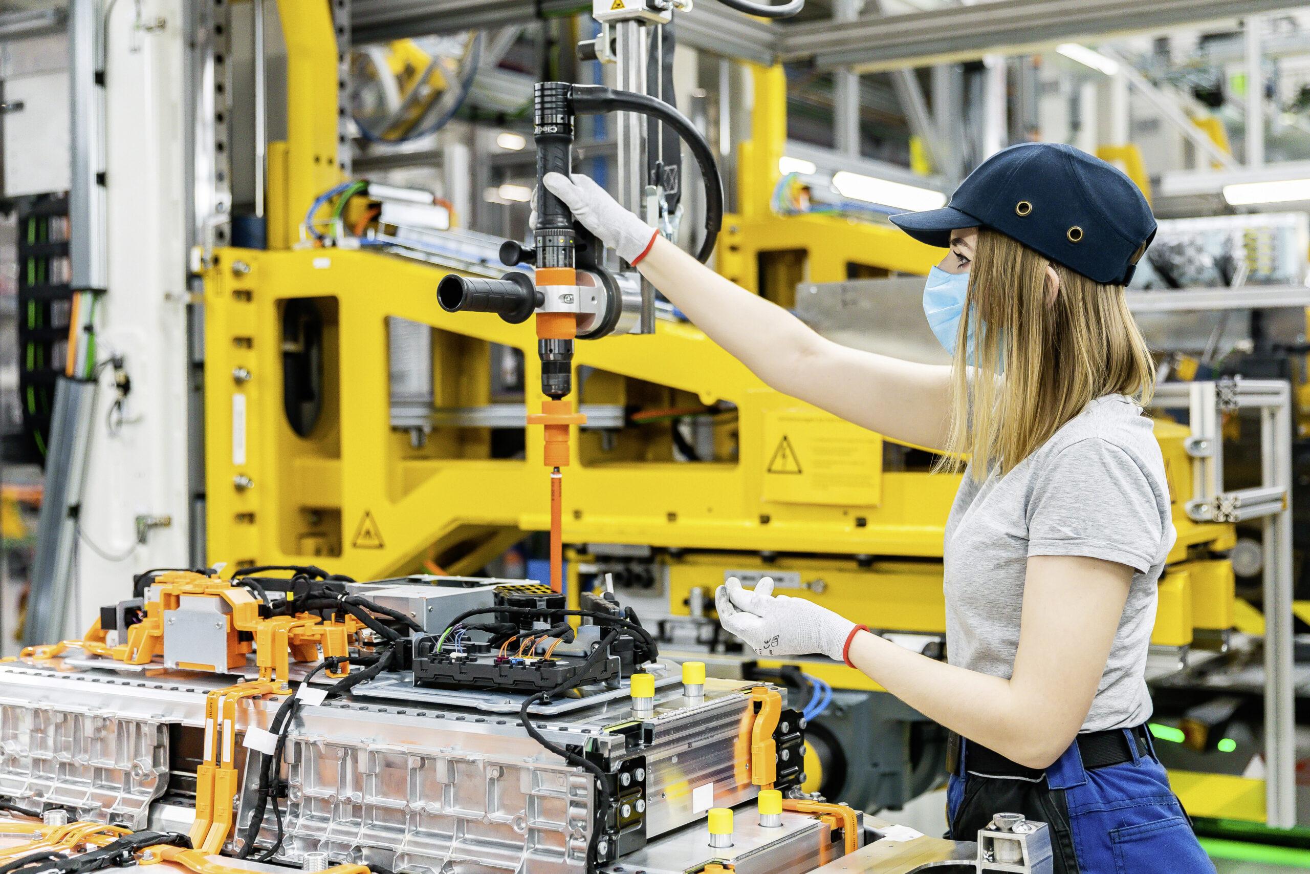 Frau arbeitet an einer Maschine der Batterieproduktion bei der Mercedes-Benz Tochter Accumotive in Kamenz