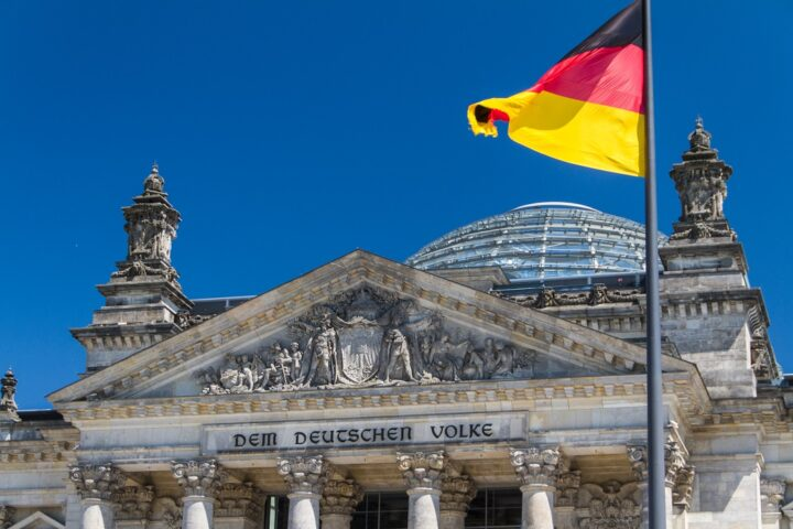 Foto Tor des Bundestages mit wehender deutscher Flagge