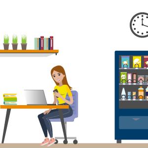 Frau sitz mit Handy am Schreibtisch neben einem Suessigkeitenautomaten