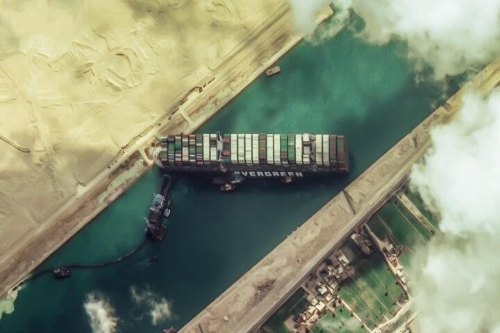 """Foto von oben: auf Grund gelaufener Frachter """"Evergreen"""""""