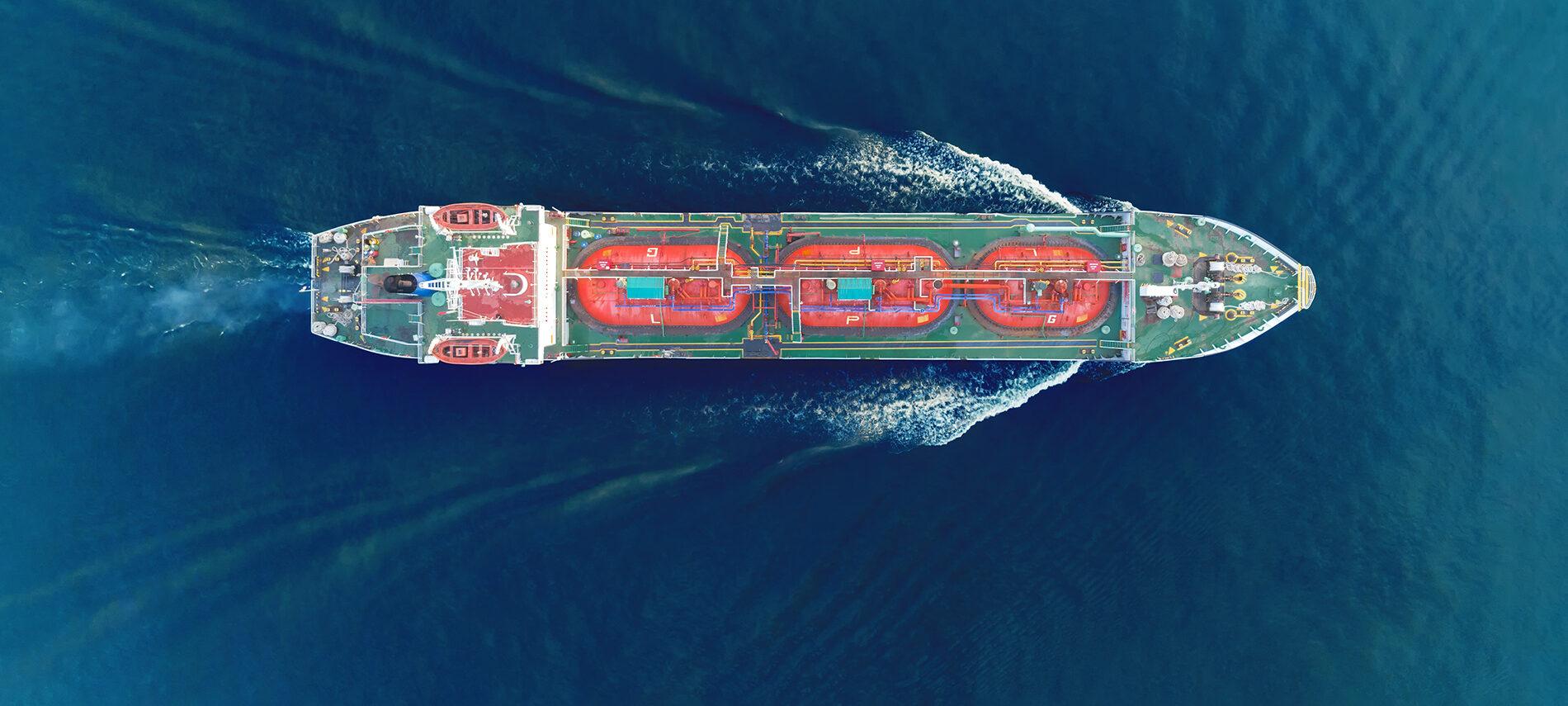 Foto von oben: Frachtschiff fährt im Meer