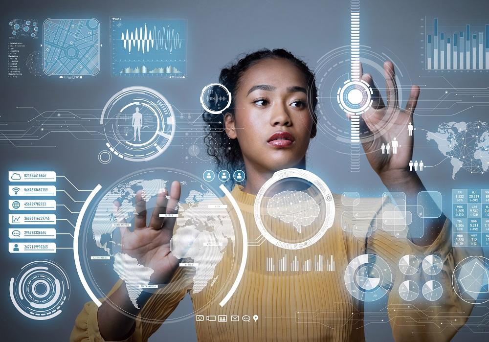 Foto einer jungen Frau mit graphischen Elementen, Bedienung eines Touchscreens im Raum