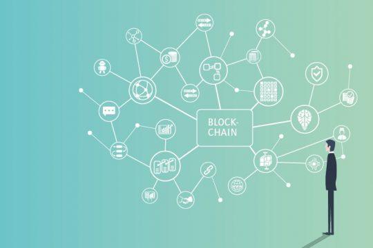Person blickt auf Mind Map, das Blockchain und Anwendungsfelder abbildet